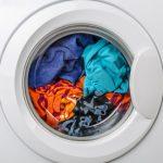 machine à laver qui tourne pour laver un lit parapluie